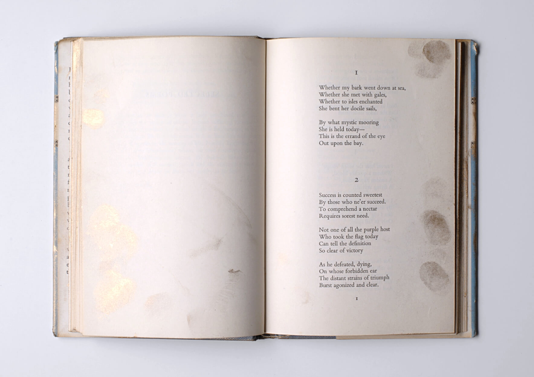 Dora García Read with golden fingers (Selected poems of Emily Dickinson), 2019 Book, golden leaf. Unique | Mother | ProjecteSD